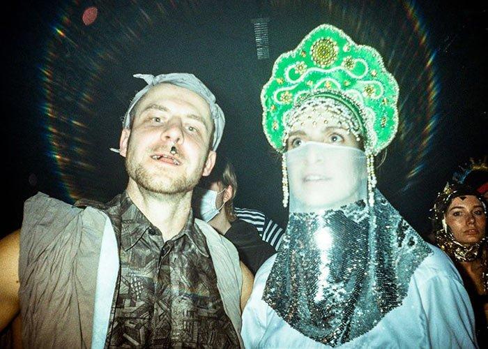 El carnaval de Riga es una iniciativa para promover artistas jóvenes y poco conocidos