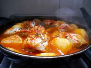 El chupín de pescado es un guiso típico de Argentina y Uruguay que lleva pescado y vegetales