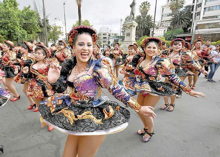 El corso de corsos es el desfile principal del carnaval de Cochabamba donde se unen las diferentes culturas y etnias