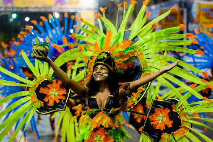 El desfile del carnaval de Fortaleza está lleno de trajes coloridos y excéntricos