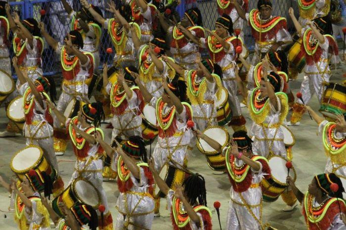 El desfile en el sambódromo en el caranval de Florianópolis se reliza por los diferenes grupos de samba de la ciudad