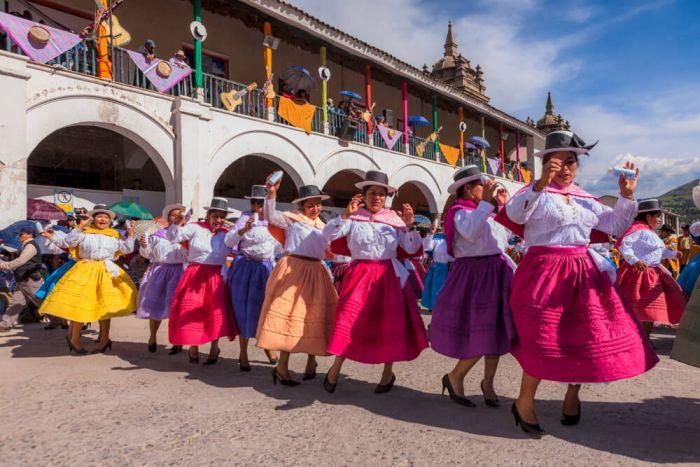 El desfile es el evento más esperado en el carnaval de Ayacucho, ya que las comparsas desfilan sus trajes típicos y bailan danzas tradicionales
