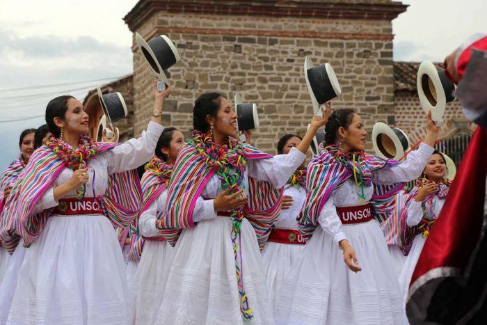El desfile principal del carnaval de Ayacucho está lleno de comparsas que visten traje coloridos y realizan bailes tradicionales
