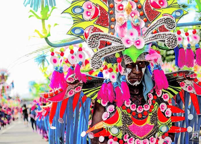El festival de Ati-Atihan es una celebración colorida que le rinde homenaje al niño Jesús