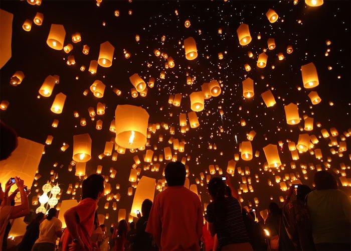 El festival de las Linternas en China es una celebración que se lleva a cabo durante el año nuevo. Millones de personas encienden lámparas pidiendo un deseo y las dejan volar