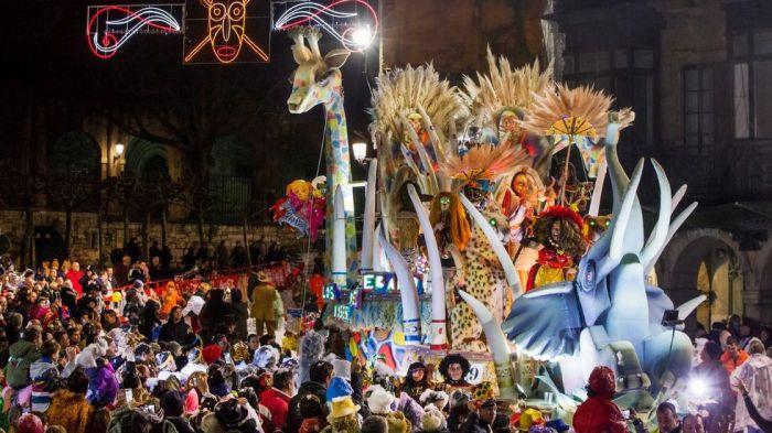 El gran desfile del carnaval de Avilés cuenta con una gran participación de personas, agrupaciones y carrozas