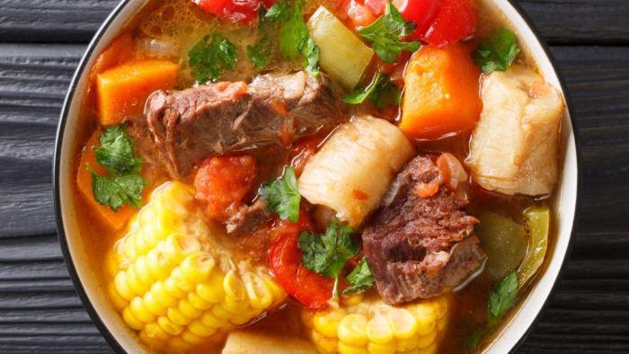 El sancocho es un plato típico de carne, verdura y tubérculos