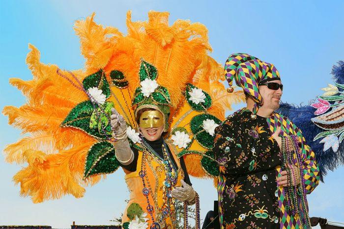 En el Mardi Gras de Lake Charles las personas visten de colores vivos como el amarillo y morado y arrojan collares a la multitud