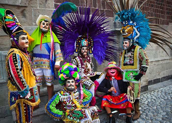 En el carnaval de Tlaxcala se presentan los diferentes huehues que varían en vestimenta y baile en cada municipio