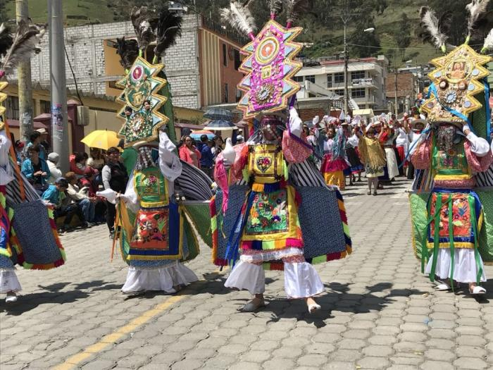 En el desfile del carnaval de Guaranda se visten trajes típicos que conmemoran a los ancestros