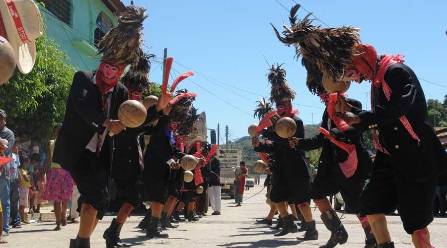 En los carnavales de Pinotepa de Don Luis los Tejorones bailan con una sonaja en la mano
