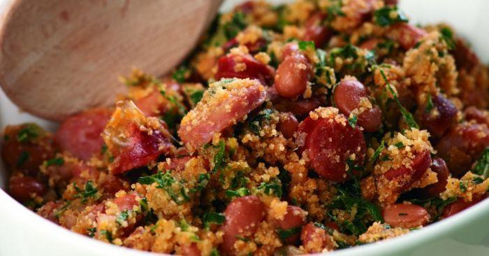 Feijão tropeiro es un plato tipico de la zona con frijoles y harina de mandioca