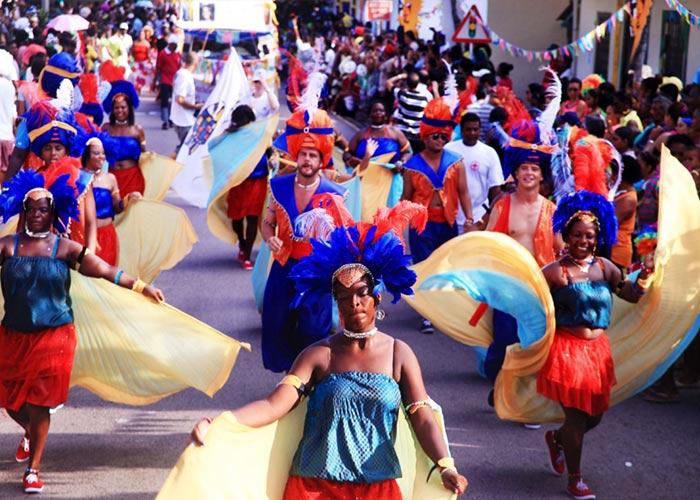 Durante el carnaval Internacional de Harare los participantes visten de vivos colores