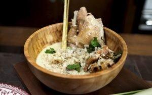 Inubarang Manok es un plato de pollo con leche de coco y cebollas de verdeo