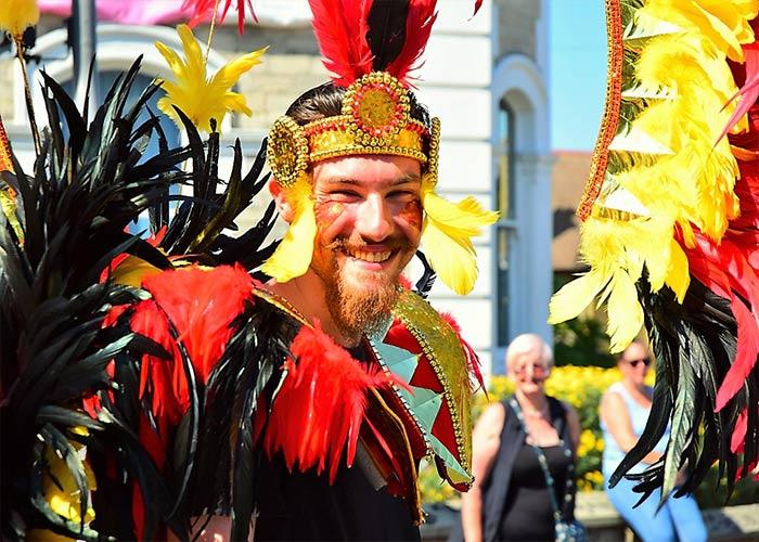 La Isla de Wight se viste de colores y la gente desfila entre las calles de Ryde durante el Mardi Gras