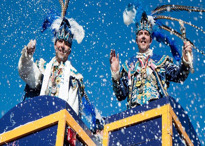 La ceremonia inicial de Tilburgo comprende la entrega de la llave de la ciudad al Príncipe del Carnaval