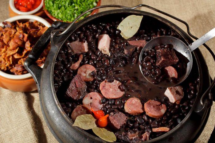 La feijoada es el plato tradicional del país.