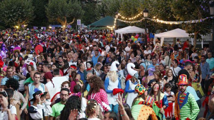 La gente se congrega en los diferentes puntos del carnaval de Redondela para disfrutar de las presentaciones