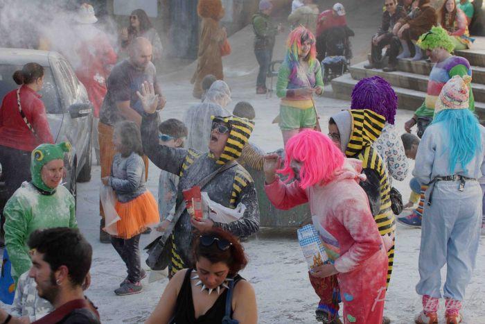 La gran fariñada es una celebración que se lleva a cabo en el carnaval de Laza donde las personas se arrojan harina