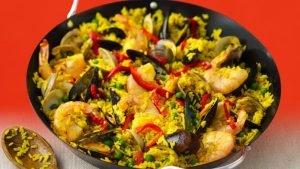 La paella es un plato tradicional español. Durante le carnaval de Ibiza se reparte a los participantes