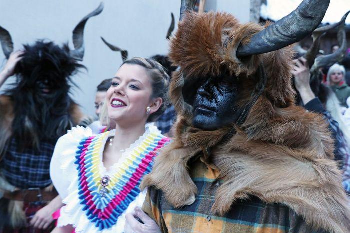 Las Madamas son acompañadas por las trangas en el carnaval de Bielsa