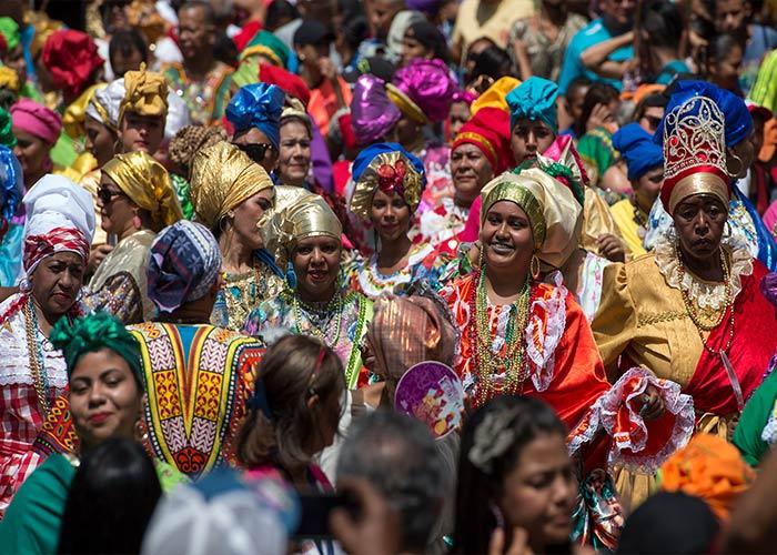 Las Madamas son el ícono por excelencia del carnaval del Callao. Visten prendas vistosas, turbantes y guian los desfiles de la localidad