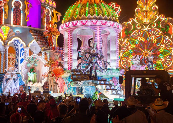 Las Parrandas de Remedios son celebraciones en donde se elaboran carrozas llenas de luces que iluminan las calles