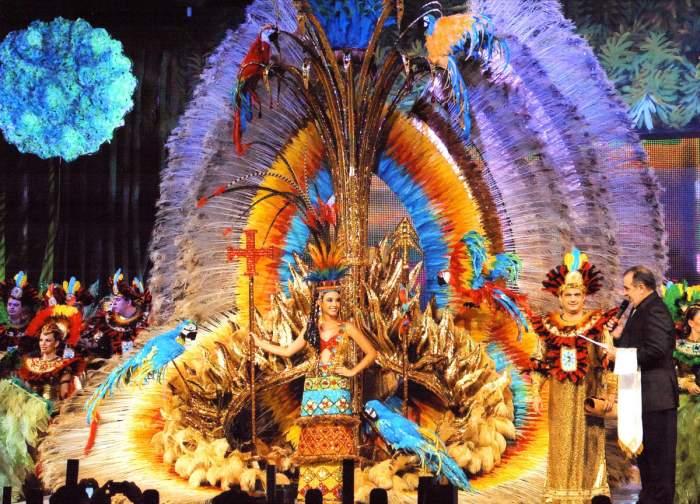 Las Reinas de las carrozas y del carnaval visten grandes trajes y vestidos temáticos durante el carnaval de Santa Cruz de la Sierra