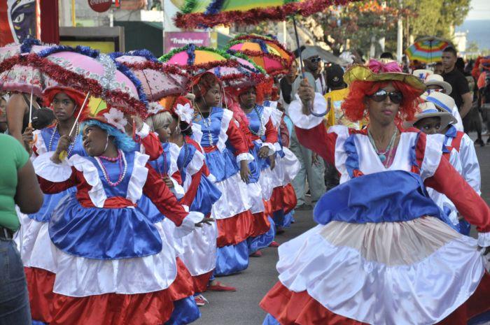 Las Roba Gallinas son personajes principales que desfilan en el carnaval de Santo Domingo