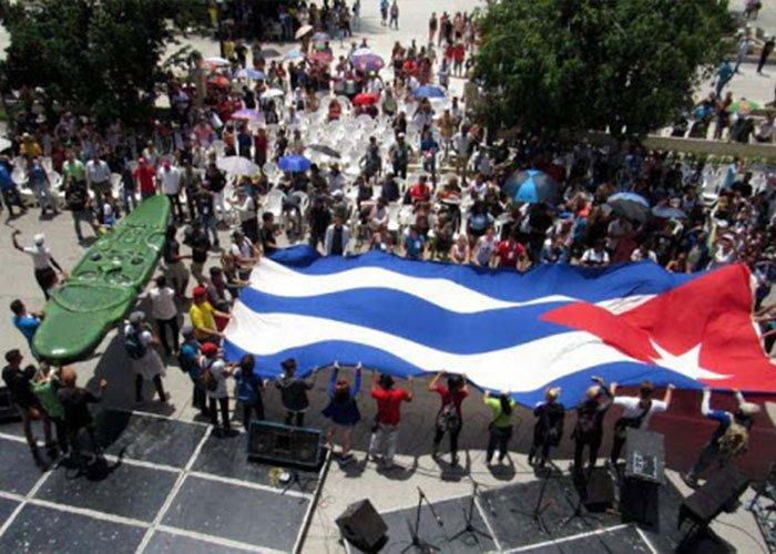 Las Romerías de Mayo en Holguín se componen en cientos de actividades, una de ellas es el desfile de inauguración en donde se lleva el Hacha de Holguí a la cima de La Colina de La Cruz
