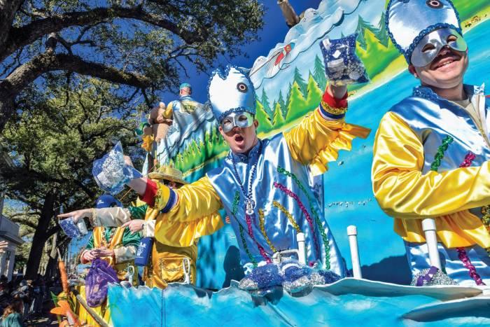 Las Sociedades Místicas realizan desfiles con carrozas temáticas