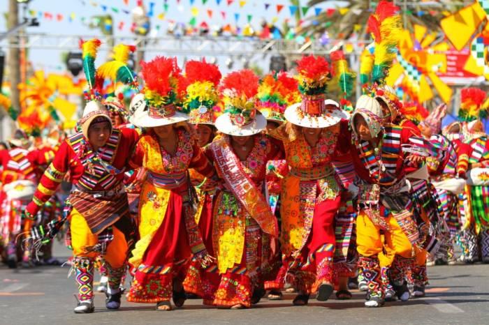 Las agrupaciones expresan su identidad cultural a través de la música y el baile en los carnavales de Arica