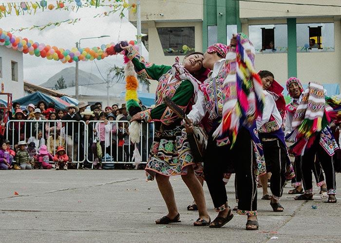 Las agrupaciones que celebran el Gran concurso en el carnaval de San Pablo en Cusco realizan su repertorio de bailes populares