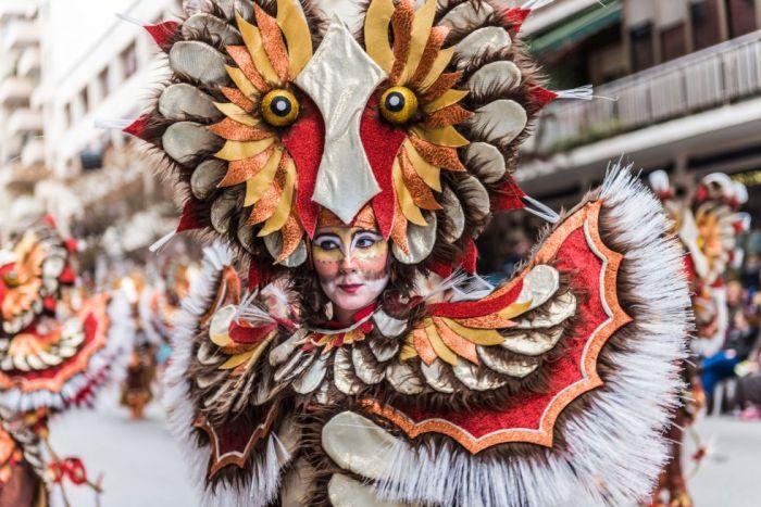 Las agrupaciones y comparsas visten de vistosos y coloridos disfraces durante el carnaval de Badajoz