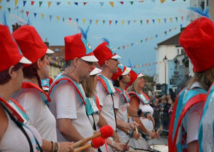 Las bandas de la ciudad desfilan el último día de carnaval de Aldeburgh
