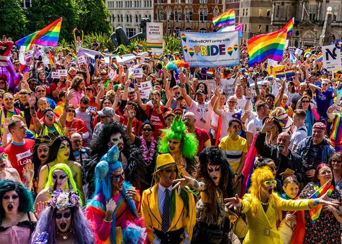Las calles de Birmingham se decora con los colores de la bandera LGBTQ+ durante el carnaval de Pride