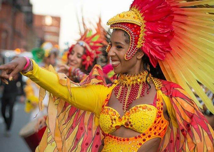 Las calles de Liverpool se llenan de color y alegría durante el carnaval