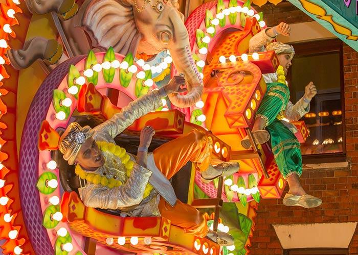 Las calles de Wells se iluminan durante los carnavales gracias a los grandes camiones temáticos