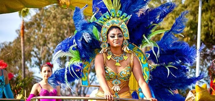 Las carrozas recorren las calles principales durante el desfile del carnaval de Ensenada