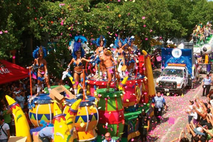 Las carrozas y comparsas borden el recinto de Ciudad Carnaval en los Carnavales de Mérida