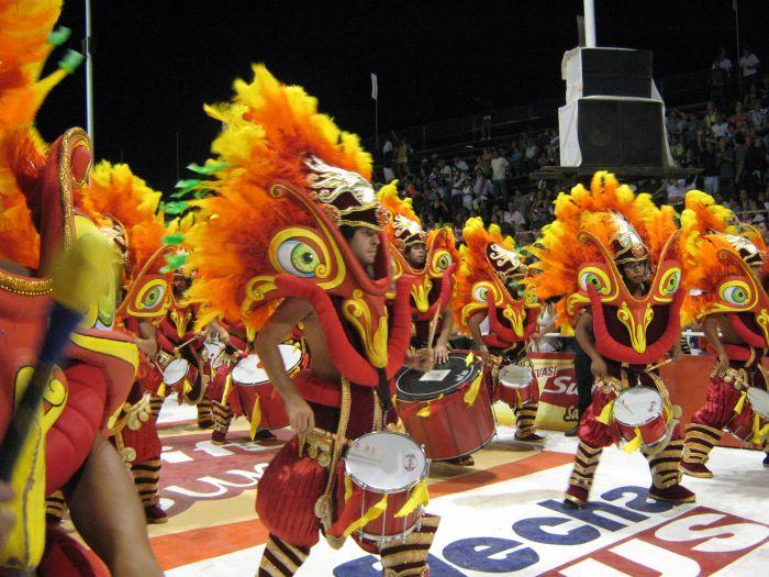 Las comparsas compiten por el primer lugar en los carnavales de Gualeguaychú