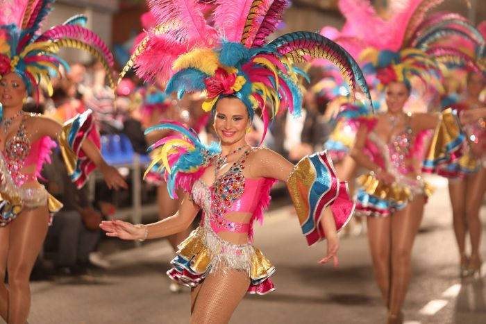 Las comparsas de las diferentes agrupaciones usan trajes temáticos y desfilan por las principales calles durante el carnaval de Águilas