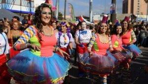 Las comparsas de los desfiles del carnaval de Ensenada visten colores vistosos y realizan coreografías
