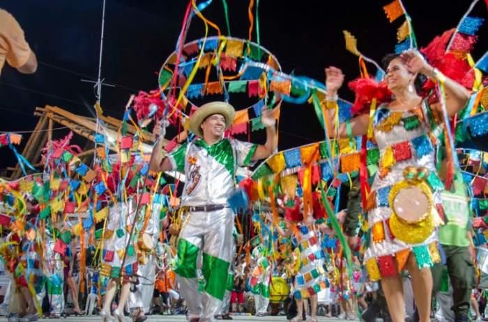 Las comparsas del carnaval de Santa Cruz de la Sierra se viste con disfraces temáticos