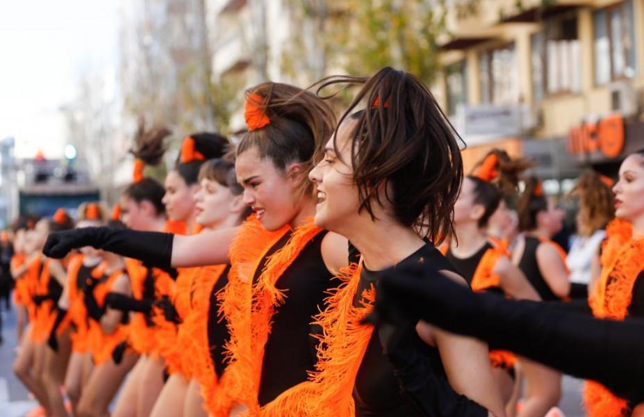 Las comparsas en el carnaval de Ibiza crea diferentes coreografías para el desfile
