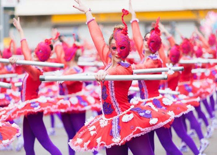 Las comparsas en el carnaval de Ibiza visten de colores brillantes y realizan coreografías durante el desfile