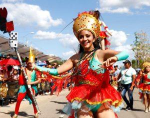 Las comparsas en el carnaval de Mérida usan ropa vistosa y temática