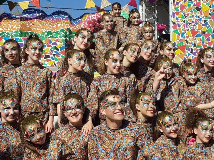 Las comparsas en el desfile del carnaval de Ibiza usan ropas vistosas y coloridas