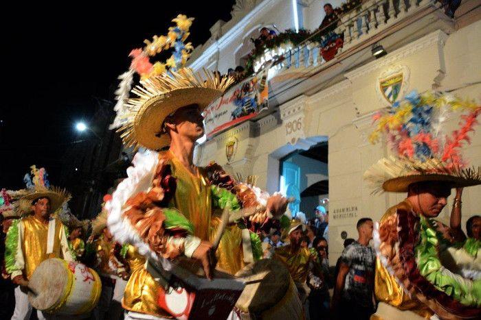 Las comparsas en el desfile inaugural atraviesan las calles con música y baile en el San Juan Camagüeyano