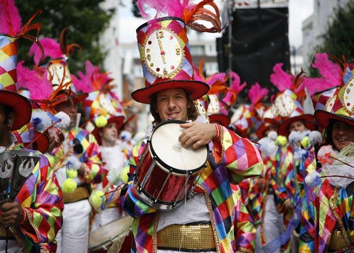Las comparsas o pasacalles atraviesan la ciudad durante los carnavales de Madrid